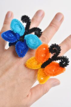 These pipe cleaner butterfly rings are SO SIMPLE to make and they're so pretty! This is such a fun and easy kids craft idea and a super fun summer craft! Easy Crafts For Kids, Summer Crafts, Projects For Kids, Art For Kids, Kid Crafts, Summer Fun, Pipe Cleaner Flowers, Pipe Cleaner Crafts, Pipe Cleaners