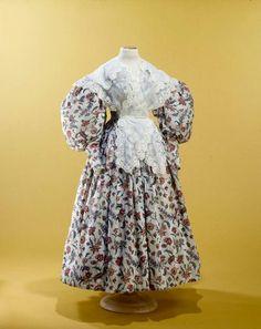 1832, Tageskleid aus bedruckter Baumwolle mit passender Pelerine, Frankreich