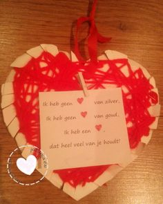 moederdag hart knutselen Holidays And Events, Activities For Kids, Christmas Bulbs, Place Card Holders, Halloween, Holiday Decor, School, Projects, Twitter