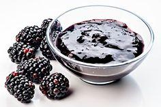 Zavařený džem z ostružin ochucených hřebíčkem, skořicí, cukrem a citronovou šťávou. Blackberry, Sweet Recipes, Acai Bowl, Jelly, Food And Drink, Spices, Smoothie, Pudding, Homemade