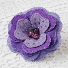 Mom would love this felt brooch. Felt Flowers, Diy Flowers, Fabric Flowers, Felt Diy, Felt Crafts, Felt Bookmark, Fabric Flower Brooch, Felt Brooch, Brooch Pin