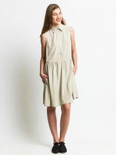 שמלת שינה עם צווארון קלאסי, כפתרה סמויה ושני כיסים