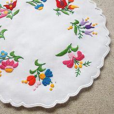 サイズ: 約 25cm x 約 24cm Flower Embroidery Designs, Embroidery Patterns, Hand Embroidery, Hungarian Embroidery, Thread Work, Hungary, Flower Art, Magnolia, Stitch