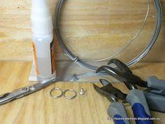 MATERIALES: Espejo adhesivo. Cierre de pendiente Dos argollas Un trocito de alambre Alicates y tijeras Pegamento de cianocrilato ...