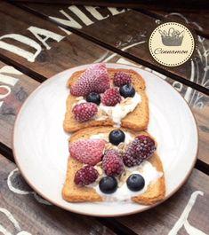 Tostadas saludables de frutos rojos síguenos instagram @desayunos.cinnamo