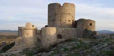 CASTLES OF SPAIN - Ruinas de Moya (Cuenca). En las cortes de Valladolid (1351), se menciona a Moya como «Puerto Seco»(aduana de mercancías provenientes de los Reinos de Aragón y Valencia). En 1808, Moya hizo proclama contra Napoleón, ello le supuso saqueos y destrucción. Puesta en las guerras carlistas del lado de Isabel II, sufrió los ataques del general Cabrera. A mediados del siglo XX, la ciudad fue abandonada, favoreciendo el expolio de sus edificios, castillo incluido.