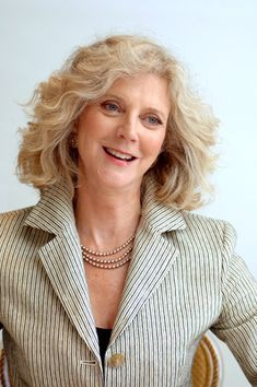 Blythe Danner Born On February 03 Soft Classic, Classic Beauty, Blythe Danner, British Celebrities, 70s Hair, Odd Stuff, Aging Gracefully, Curly Girl, Woman Face