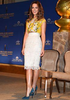 Kate Beckinsale, con crop top y falda de Dolce & Gabbana y salones de Casadei