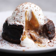Chocolate peanut butter lava cakes is the dessert that you'll crave. Here's another mouth watering dessert that you should try. Just Desserts, Dessert Recipes, Paleo Dessert, 5 Minute Desserts, Oreo Desserts, Lava Cakes, Food Videos, Cake Videos, Cooking Videos