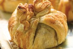 Puff Pastry Apple Purses This dessert is like a present. You discover a treat all wrapped up in puff pastry: a soft, sweet apple. Light Desserts, Apple Desserts, Apple Recipes, Just Desserts, Holiday Recipes, Dessert Recipes, Food Terms, Frozen Puff Pastry, Vegetarian Bake