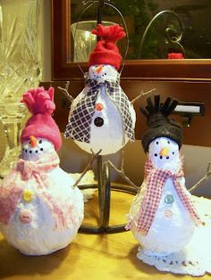 Trash to Treasure Decorating: Light Bulb Snowmen