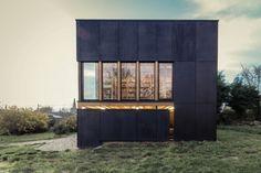 Antonin Ziegler est un jeune architecte parisien talentueux, diplômé en 2003 de l'École d'Architecture de Normandie. Il fonde en 2012 sa propre agence ZIEGLER Antonin architecte. Je vous présente aujourd'hui sa réalisation baptisée House 05, le projet était de créer un espace consacré à l'inspiration et à l'écriture. L'extension de la maison est traitée comme un observatoire, dans les deux sens : de l'intérieur vers l'extérieur, et réciproquement.