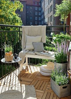 balkonginspiration växter – Google Sök Small Balcony Design, Small Balcony Garden, Small Balcony Decor, Small Outdoor Spaces, Outdoor Balcony, Outdoor Decor, Balcony Ideas, Patio Ideas, Balcony Gardening