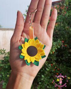 Lembrancinhas de chá de bebê: tutoriais e 67 fotos para te inspirar Diy Home Crafts, Diy Arts And Crafts, Felt Crafts, Sunflower Birthday Parties, Sunflower Party, Crafts For Seniors, Crafts For Kids, Diy Clay, Felt Flowers