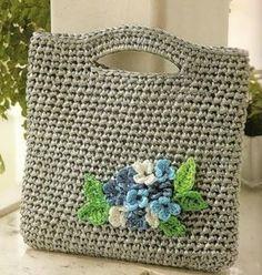 Easy crocheted bag w/ flower cluster Crotchet Bags, Crochet Tote, Crochet Handbags, Crochet Purses, Knitted Bags, Diy Crochet, Crochet Stitches, Crochet Hooks, Crochet Patterns