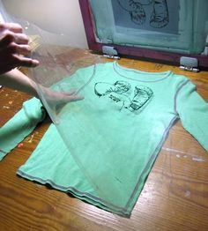 how to silk screen, how to screenprint :: great tutorial :: Finecraftguild.com