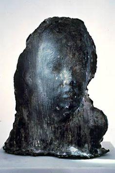 Medardo Rosso (1858-1928). Ecce Puer. 1920. Bronzo. Galleria d'Arte Moderna, Venezia. Seppur appena abbozzato dietro la materia informe il volto del bambino è perfettamente riconoscibile. La scultura dell'artista parte da ricerche impressioniste per approdare in forti simbolismi.