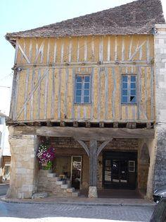 Villeréal | par Sébastien Michel Medieval Market, Medieval Houses, Villeneuve Sur Lot, Old Abandoned Houses, Mountain Village, Belle Villa, Dordogne, Aquitaine, Old Buildings