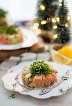 Zalmtartaar met avocado. Een makkelijk en waanzinnig lekker voorgerecht. Ideaal voor de feestdagen, maar ook heerlijk tijdens een uitgebreid(er) diner. Vegetable Soup Healthy, Vegetable Recipes, Gourmet Recipes, New Recipes, Healthy Recipes, Avocado Recipes, Good Food, Yummy Food, Beach Meals