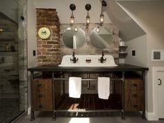 Bagno in stile industriale: materiali di recupero come il legno grezzo, metallo e lamiera per creare un ambiente bagno ricco di fascino e design.
