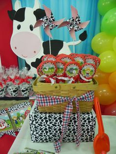 Festa da Fazendinha Petting Zoo Birthday Party, Farm Birthday, First Birthday Parties, Birthday Party Themes, Farm Themed Party, Barnyard Party, Farm Animal Party, Cowgirl Party, Bear Party