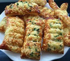 Mosterd kaasbroodjes,neem een pakje bladerdeeg,geraspte kaas,mosterd en peterselie,neem een plakje en smeer aan een kant mosterd,strooi er kaas en peterselie op,maak in de andere helft kleine sneetjes en klap dicht,plak dicht,besmeer met eigeel en bestrooi nogmaals met kaas en peterselie. Bak in de oven op 190 gr, 20 a 25 minuten.