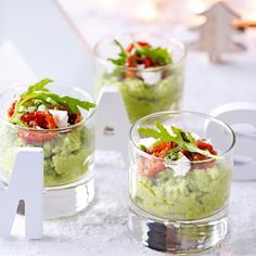 Avocado meets tomato and feta. Snacks Für Party, Appetizers For Party, Appetizer Recipes, Raw Food Recipes, Cooking Recipes, Healthy Recipes, Feta, Appetisers, High Tea