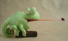 'Hallo', Kameleon met lekkere trek. Helemaal met de naald gevilt door Anna Tigleva uit Moskou. http://www.livemaster.ru/item/1229615-kukly-igrushki-kompozitsiya-iz-shersti-hello