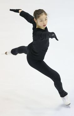 Photos of Yuna Kim practicing for her upcoming Korean Nationals Moving Clothes, Japanese Figure Skater, Female Pose Reference, Kim Yuna, Body Study, Anatomy Poses, Figure Poses, Dynamic Poses, Women Figure