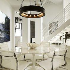 El color blanco es una excelente opción para decorar un comedor, le da un aire más elegante, clásico y mucha luz, además hace que cualquier ambiente tenga mucho más espacio. Es tan versátil que pu…