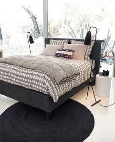 J'entoure mon lit de deux liseuses lampadaires