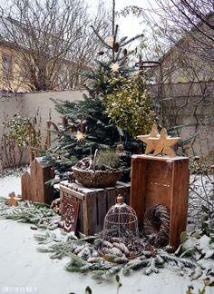 26 Christmas Garden And Patio Decoration Ideas Front Door Christmas Decorations, Handmade Christmas Decorations, Christmas Porch, Rustic Christmas, Christmas Crafts, Holiday Decor, Xmas, Deco Noel Nature, Diy Garden Decor