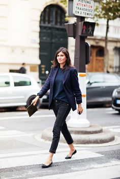 Emmanuelle Alt, finding that perfect place between casual and dressy. Blue black monochromatic outfit, blazer and jeans, Emmanuelle Alt Looks Street Style, Looks Style, Style Me, Style Star, Girl Style, Blazer Outfit, Look Blazer, Blazer Jacket, Denim Blazer