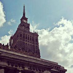 Lubię Warszawę lubię tu być pracować mieszkać lubię stąd podróżować. Mieszkam w tej części gdzie nie ma pośpiechu wszyscy się znają (zwłaszcza jeśli połowa ulicy korzysta z usług firmy w której pracujesz) i mimo że to stolica mam atmosferę małego miasteczka 20 minut pieszo do pracy i brak korków. To właśnie moja Warszawa. #Warszawa #Warsaw #Poland #polska #polishgirl #palaceofculture #pkin #palackultury