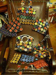 Aquí tenemos otra forma de reutilizar las cápsulas de nespresso: las utilizamos para hacer unos estupendos bolsos.