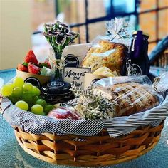 Creative Gift Baskets, Best Gift Baskets, Holiday Treats, Holiday Recipes, Breakfast Basket, Gourmet Baskets, Basket Tray, Food Pack, Christmas Hamper