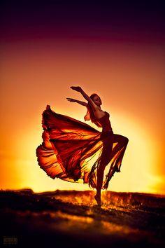 Photo : Femme en robe effet papillon