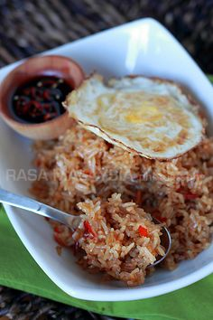 Nasi Goreng (Indonesian Fried Rice) Nasi goreng/fried rice is a popular dish in Southeast Asia. This recipe is an Indonesian version of fried rice served with fried egg. Nasi Goreng, Mie Goreng, Easy Delicious Recipes, Yummy Food, Healthy Recipes, Rice Recipes, Easy Recipes, Indonesian Fried Rice Recipe, Risotto