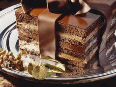 Schoko-Mokkacreme-Torte mit Schokoladenschleife