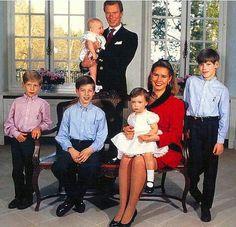 Prince Louis, Prince Felix, Hereditary Grand Duke Henri holding Prince Sebastien, Hereditary Grand Duchess Maria Teresa holding Princess Alexandra and Prince Guillaume.