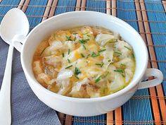 Sopa de cebolla a la francesa: Para 4 personas: 1/2 kilo de cebollas - 70 gr. de aceite - 150 gr. de pan asentado del día anterior – 1 litro de caldo (puede ser de pastilla) – vino blanco - 50 gr. de queso rallado – 100 gr. de queso en lonchas - Sal, pimienta