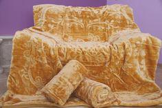 Narzuty w kolorze złotym wytłaczane na fotele i sofę