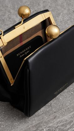 Find tips and tricks, amazing ideas for Burberry handbags. Discover and try out new things about Burberry handbags site Fall Handbags, Burberry Handbags, Fashion Handbags, Tote Handbags, Purses And Handbags, Fashion Bags, Cheap Handbags, Handbags Online, Wholesale Handbags