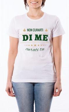 T-Shirt donna con frase: Non curarti di me curati tu. Maglietta bianca con stampa digitale diretta, grafica stampa in quadricromia