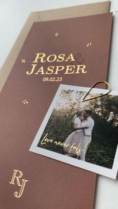 Deze mooie trouwkaart met roestbruine kleur kun je zelf helemaal aanpassen naar wens. Ook het folie kun je omzetten in andere kleuren. Pas de initialen aan naar jullie namen en maak zo een prachtige trouwhuisstijl voor jullie dag. Bekijk ook de bijpassende Save the date en andere kaartjes. Wil je nog meer in deze stijl? We helpen je graag! #trouwen #trouwkaart #weddingideas #goudfolie #bohowedding