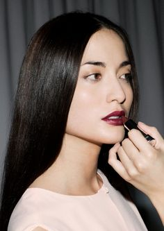 dark lips and neutral eyes with a hint of gold, great inspiration for Autumn make-up