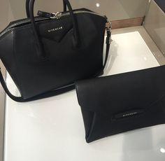 Givenchy, sac à main pour le jour et pochette pour le soir.