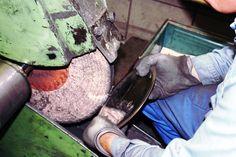 Polieren von Edelstahl bei Carl Mertens Besteckfabrik Solingen