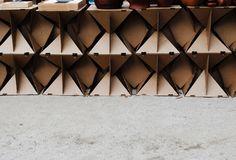 Artesanos. Módulos de madera y cartón ensamblados