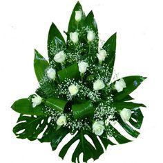 Centro de rosas blancas con paniculata o flor de relleno del mismo estilo para regalar.Este centro de rosas blancas se elabora con rosas de color blanco de primera calidad para que quien lo recibe quede tan sorprendida que no dejará de admirar su belleza.Envía este centro de rosas blancas con una tarjeta, sin coste sdicional, en la que podrás poner el mensaje con los sentimientos que quieras expresar Arrangements Funéraires, Basket Flower Arrangements, Funeral Floral Arrangements, Creative Flower Arrangements, Tropical Flower Arrangements, Altar Flowers, Church Flowers, Beautiful Flower Arrangements, Flower Centerpieces